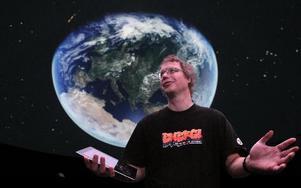 Universum i Borlänge. Nya planetariet på Framtidsmuseet är nu landets tredje största. Håkan Sandin är pedagog och ansvarig. Foto: Staffan Björklund
