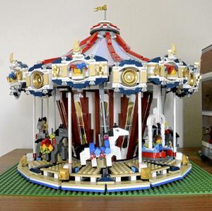 Snurrigt. Den här vackra karusellen kan snurra och hästarna rör sig upp och ner, precis som på en riktig karusell.