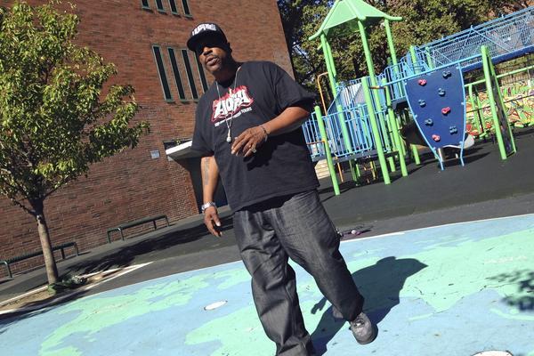 Grandmaster Caz var en av de första rapparna. Han berättar med passion om hur hiphopkulturen föddes i hans hemstad New York.