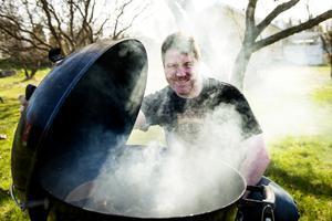 Grillnörden Mattias Hedman arrangerar Skvadern i rök, ett grillevent öppet för besökare på Södra berget den 28 maj.
