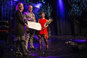 Malin Häggström, Ragunda BK, tar emot priset som årets fotbollsförälder från LT:s Jonas Solberger och Viktoria Winberg.