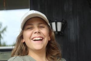 """Viktor Axelsson, 11 år, skrattar ofta och är snabb i repliken. Lever för det mesta i ett barndomens """"Här och nu"""". Han kunde gå fram till det han var sju år. Sedan tog sjukdomen SMA över. Han drömmer om en sitt-segway med helikoptergyro i stället för elrullstol."""