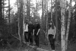 Albumdebuterande Ångmaskinen består av Patrik Lantz, Max Nordström, Stig Rennestraum och Thilda Persson.