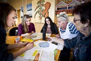 I den här gruppen jobbar, från vänster, Cecilia Tegelberg, folkhälsosamordnare, ungdomarna Lovisa Persson och Frida Karlsson och politikerna Helena Brink (C) och Maj-Britt Tönners (C).