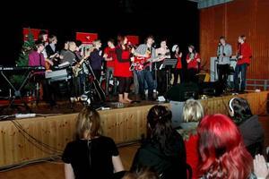 ROCKIGT. Ensemblen med elever från de tre årskurserna på estetiska programmet, musik, gav gymnasieeleverna en dos rockig julmusik.
