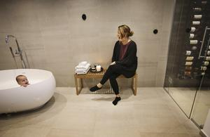 Ulrica Nilsson skojar med Ilse som trivs i badet.