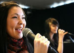 Josefine Johansson och Petra Fasth passade på att sjunga några låtar.