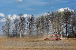 Vårbruket är i gång, 2 maj, på Stocke gård, Frösön.