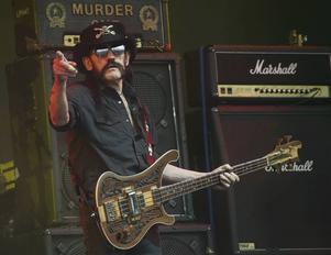 Lemmy Kilmister på Glastonbury-festivalen ett halvår före sin död.