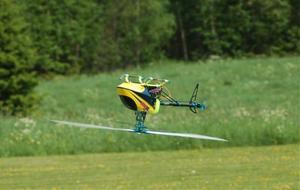 Att flyga upp och ner är en baggis för en modellhelikopterflygare.