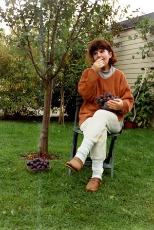 Irene Sundqvist. Under plommonträdet hemma i trädgården, fyra år före sin död.BILD: PRIVAT