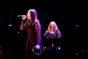 Lisa Henricsson och Olivia Wahlström i Rosea.