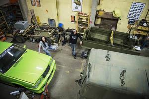 I det stora garaget i Söråker står fyra fordon med olika karaktär. Cillas gröna Volvo 940 och hennes Volvo Valp. Jeep Toms amfibiska bandvagn och bakom den står skelettet av en Willys Jeep från 1945.