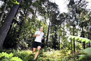 """I FAVORITSKOGEN. Nyblivne löparfantasten Per Johansson, tillbringar mycket tid i skogarna kring Hemlingby. """"Det finns alla varianter på löparslingor här"""", säger han."""