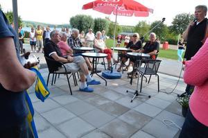 Det kom många besökare på invigningen. Vid mikrofonen turistchef Håkan Ceder.