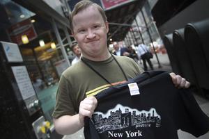 Pasi Pohijanen fyllde 35 år på torsdagen och fick en tröja i present.Foto: Ulf Borin