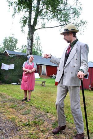 Lurifaxen Blomkvist. Paula Mathiasson och Tommy Johansson i folklustspelet Hemvärn och påssjuka.
