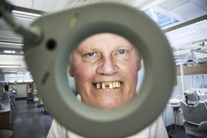 Professor Björn Klinge har en protes som visar upp en sjuk tandrad. Han har använt den ute för att försöka förstå hur de med dåliga tänder behandlas.