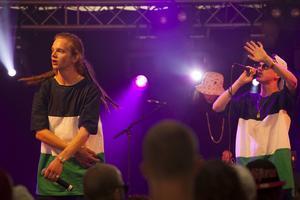 """Görda (Sebastian Mellergård) och Johan Vuitton (Johan Loxell) spelade bland annat videoaktuella låten """"Gena"""". I bakgrunden DJ Långhår."""