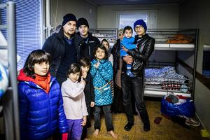 I rummet på förläggningen får hela familjen plats; två vuxna och åtta barn.