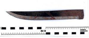 Först attackerade 81-åringen sin hustru med den här kniven. Hon kämpade emot, och när kniven gick av...