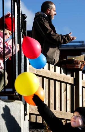 Barn- och utbildningsnämndens ordförande Björn Sandal (S) har varit på den ena invigningen efter den andra av nya förskoleavdelningar i kommunen. Norr- och Sörgårdens två avdelningar på Stadsdel norr i lördags var den senaste – och fler ska det bli.Foto: Henrik Flygare