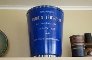 Ruben Löfgren startade företaget Nittsjö Keramik 1917. 1939 fyllde disponenten 60 år och fick en hyllningsvas.