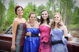 Sofie Abrahamsson, Jennifer Birgersson, Johanna Eriksson och Linda Jonsson såg fram emot middag och bal.