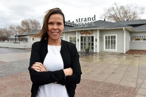 Maria Engvall utanför Strand kök & bar i Mora.