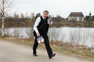 Här kommer han ilande från jobbet till match på Älvvallen, begravningsrådgivaren, massören, chauffören, festarrangören, mittfältaren och målvakten Michael