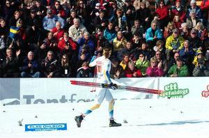 Tack ska ni ha! Falubördiga Sara Lindborg vinkar till publiken efter en stark insats i stafetten, där hon för Sveriges andralag växlade som sexa efter den första sträckan.