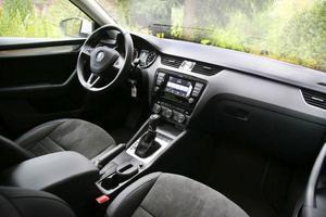 Skoda bygger i dag lika bra bilar som sina koncernsyskon, men interiören har inte riktigt samma finish. Den får ju inte överglänsa Audi och VW. Foto: Rolf Gildenlöw