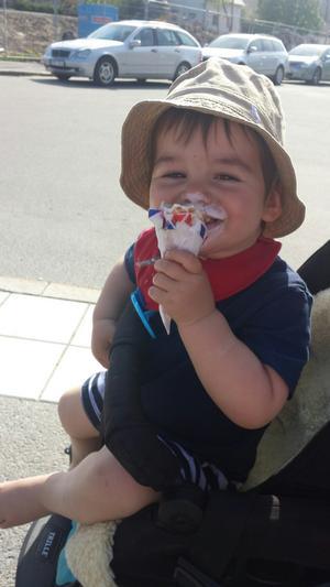 Theos första mjukglass smakade gott en varm sommardag!
