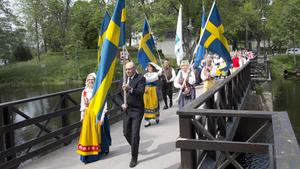 Nationaldagsfirare från bland annat Fagersta folkdansgille och Åvestbo byalag paraderade från Västanfors kyrka till hembygdsgården.