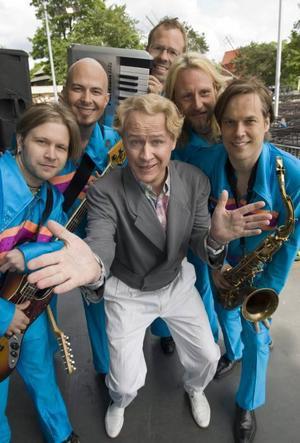 """Robert Gustafsson turnerar som sin karaktär Roland med dansbandet Rolandz i sommar """"Roland kommer att locka ny publik till dansbandsbanan"""", säger Robert Gustafsson. Boka in 23 juli, då är bandet på Parken i Gävle."""