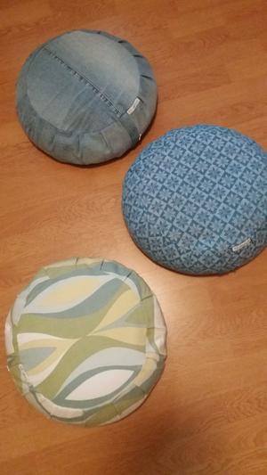 Här är yogakuddar som LIsbeth gjort av gamla jeans och madrasser.