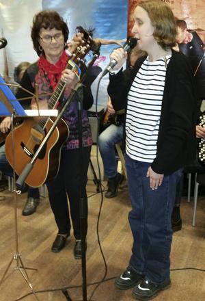 Therese från publiken sjöng tillsammans med OHappa. Foto: Leena Persson.