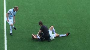 Oremo behandlas av fysioterapeuten Daniel Almqvist i början av AIK-matchen.