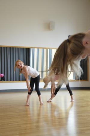 Malin Larsson Viktorin tittar uppmärksamt på danslärarens röprelser.