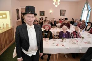 Professor Dag Stranneby var hemlig gäst när Hidinge träffpunkt hade Nobelfest med middag och hattar i torsdags.