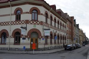 De här tre fastigheterna på Rådhusgatan, bland annat den där Mitthem tidigare hade sitt kontor, kommer bolaget nu inte att sälja. Det gäller även fastigheten på Trädgårdsgatan där restaurang Canton finns.
