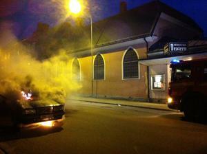 Bilen stod i lågor på Corneliusgatan, vid elvatiden på söndag kväll. Räddningstjänsten kunde dock utan större problem få kontroll på elden.