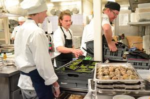Här ska ostron öppnas. Årets kock Filip Fastén skötte köket på Loka på lördagskvällen. Sex-rätters stod på menyn. Fredrik Andersson bär in skifferplattor som blir fat. Daniel Smedh och Filip ska ta itu med ostronöppning.
