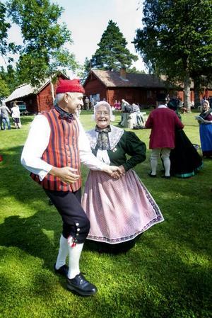 FOLKDANSUPPVISNING. Otterups folkdansare kom från Danmark för att uppträda på Byss-callestämman i Älvkarleby i går. Här visar de en skotsk dans som publiken bjöds på i går.