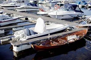 I många fall flyttas båten från hamnen innan tjuvarna stjäl motorn och annat gods för att de ska köra fram med en bil att lasta stöldgodset på. Foto: Stian Lysberg/Scanpix