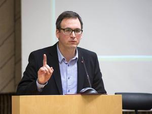 Kommunalrådet Peder Björk tycker inte att det är okej att nazister håller till i kommunens lokaler.