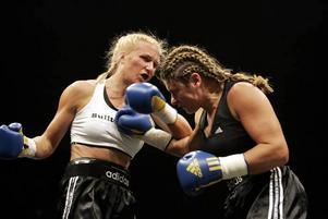 Hårtslående. Åsa Sandell och Teresa Perozzi i match vid proffsboxningsgalan i Karlstad, september 2007.