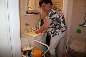 Temporär diskho. I två veckor har Kerstin Lindblom varit tvungen att diska i badrummet. På grund av strejken i Byggnads har de rörmokare som arbetat i hennes lägenhet tagits ut i strejk.