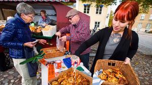 Catharina Carlsson köper kanelbullar av Tom Lönnholm. Medhjälparna heter Cia Rogerson och Rebecca Holmgren.