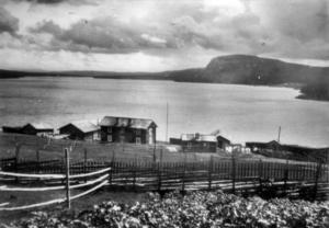 Ett gammalt fotografi över Valmåsen och sjön Lossen. I dag ligger vattenytan några meter över flaggstångsknoppen.